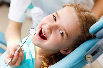 Проверка состояния полости рта у ребенка