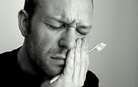 зубная боль застала мужчину дома