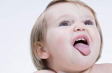 малыш показывает язык