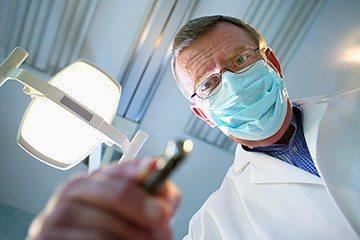 осмотр ротовой полости врачом стоматологом