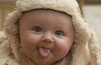 младенец показывает язык