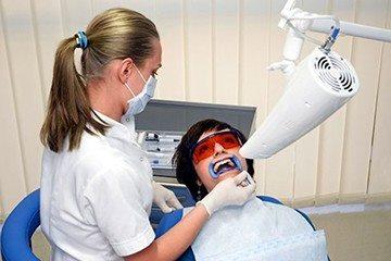 процедура отбеливания зубов квалифицированным специалистом в стоматологии