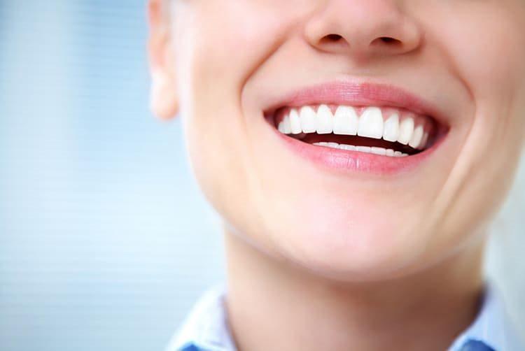 женщина с красивыми зубами